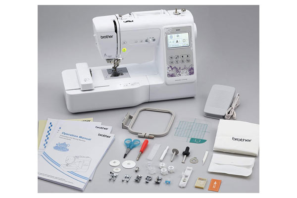 what's inside the box of the SE600 sewing machine