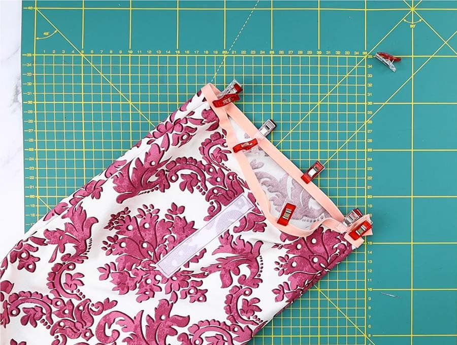 attaching bias tape to the diy lunch bag