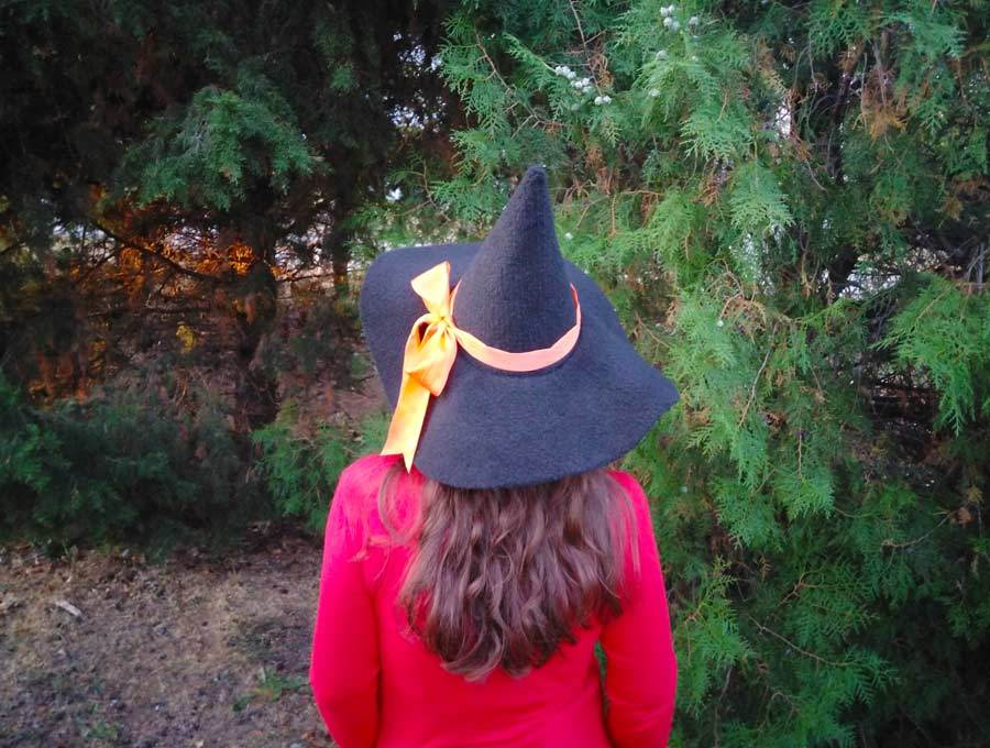 How to make a witches hat with orange ribbon