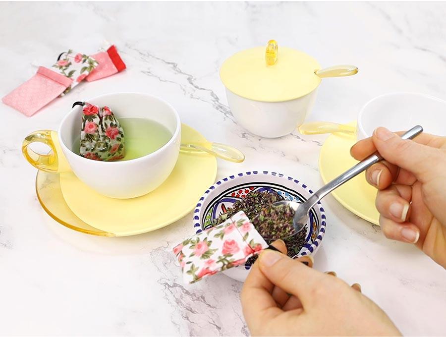 filling a reusable tea bag with loose tea leaves