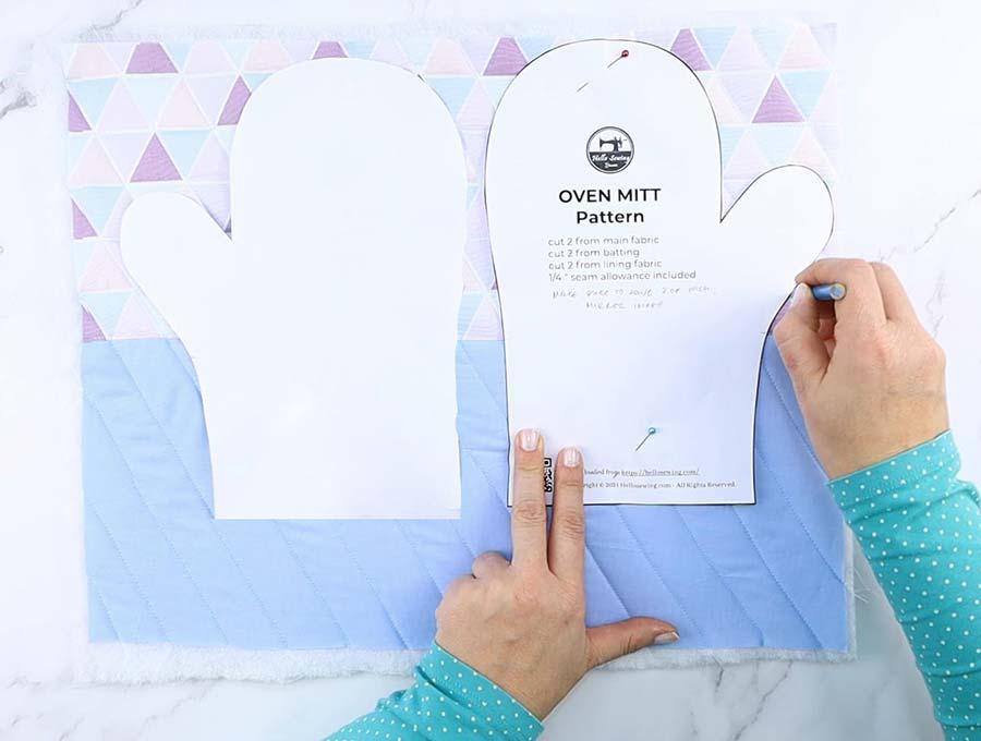 free oven mitt pattern - tracing it on fabric