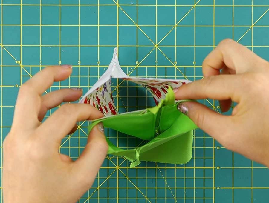align the seams of the triangle coin purse with the zipper teeth